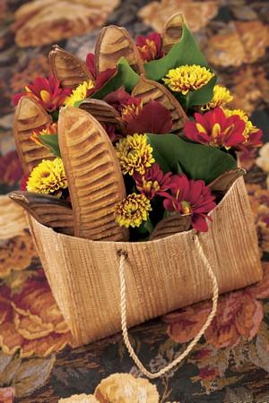 chrysanthemes rouges jaune deco automne gousses sac