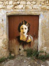 street art peinture porte planches femme