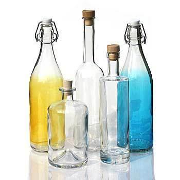 Ensemble de bouteilles en verre de différentes couleurs jaune bleu transparent