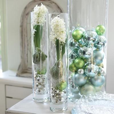 Composition de délicates jacinthes blanches dans des vases avec des boules de Noël, idéale pour les fêtes de fin d'année! Découvrez comment obtenir facilement des fleurs de jacinthe à l'intérieur, simplement dans de l'eau. Lisez l'article sur le blog :)