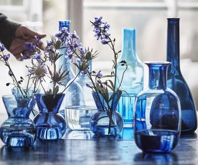 Ensemble de vases et de bouteilles bleues avec des fleurs