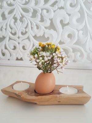 DIY Pâques: vase en coquilles d'oeuf avec des fleurs dans un bougeoir. Cliquez sur le site pour voir le DIY!