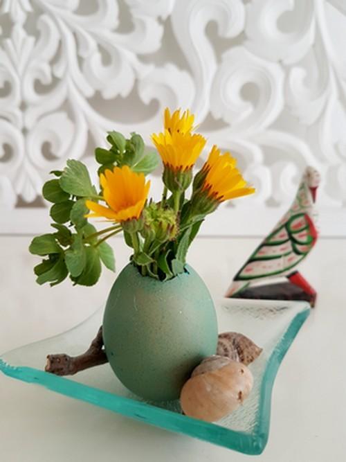 Activité DIY pour une déco facile à réaliser en famille avec des fleurs et des coquilles d'oeufs pour Pâques: rdv sur le blog pour ce DIY!