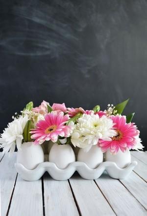 DIY centre de table de Pâques: décor de coquilles d'oeufs transformés en vases de fleurs. Rdv sur le blog pour le mode d'emploi!
