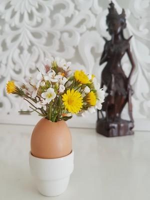 DIY déco de Pâques: des coquilles d'oeufs transformées en vase de fleurs (ici dans coquetier). DIY, rdv sur le blog!