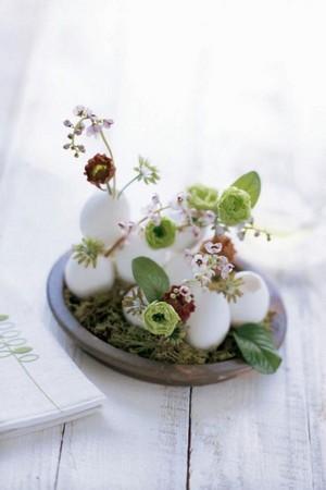DIY centre de table décoration de Pâques avec des fleurs et coquilles d'oeufs. Rdv sur le blog!