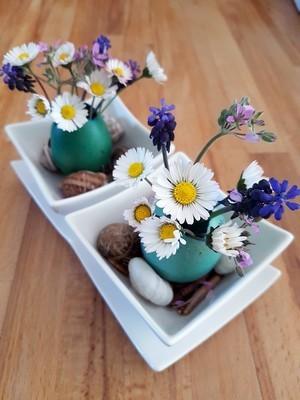 DIY déco de Pâques: centre de table avec des vases en coquilles d'oeufs dans des ramequins. Rdv sur le blog pour en savoir plus!