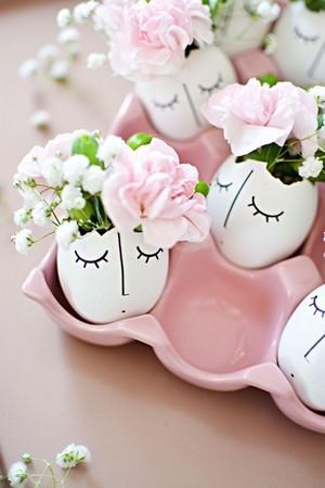 Décoration centre de table: Fleurs de Pâques dans des vases en coquilles d'oeufs. DIY sur le blog.