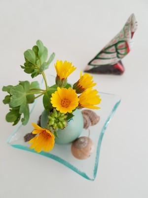 DIY: vases de coquilles d'oeufs pour un décor de Pâques. Oeufs teintés avec des colorants alimentaires. RDV sur le blog pour en savoir plus!