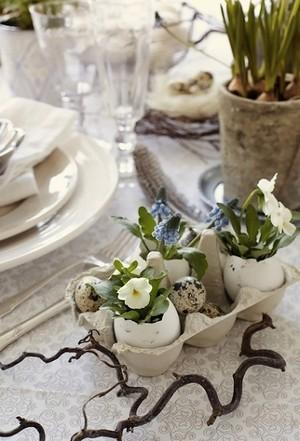 DIY Pâques: coquilles d'oeufs transformées en vases, avec des oeufs de cailles. Rdv sur le blog pour le mode d'emploi!