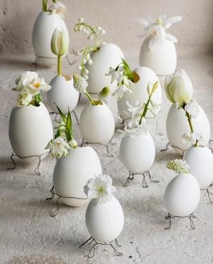 DIY déco: vases en coquilles d'oeufs pour une belle table de Pâques. Lisez le blog pour en savoir plus.