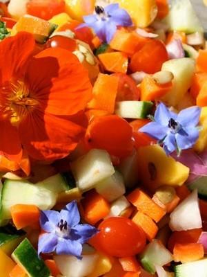 Les fleurs comestibles sont idéales comme décor de salade de fruits. Liste de 9 belles fleurs comestibles dans l'article du blog