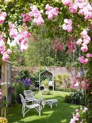 Arceau de rosiers pour un jardin romantique à l'anglaise. Donnez ce style à votre jardin: lisez l'article sur le blog.