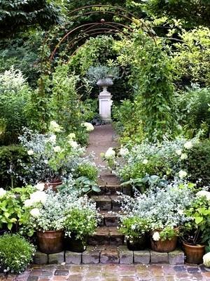 Le jardin à l'anglaise est généralement symétrique aux abords de la maison, puis fait place aux courbes naturelles. Lisez l'article sur le blog et faites le test: quel est votre style de jardin?