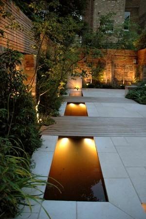 Eclairage d'ambiance de bassins de jardin minimaliste moderne: pour en savoir plus sur ce style de jardin, lisez l'article sur le blog!