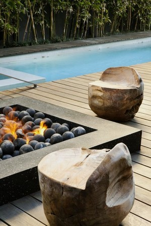 Quel mobilier et quelle décoration choisir pour un jardin moderne? Brasero, fauteuils sculptés, couloir de nage... Lisez l'article pour en savoir plus!