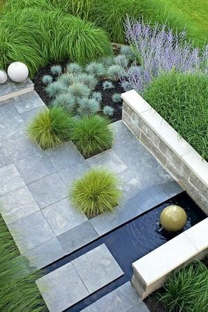 Sélection de plantes pour un jardin minimaliste contemporain. Misez sur les graminées pour un effet moderne. Lisez l'article pour en savoir plus.