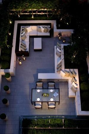 Eclairage moderne d'un jardin contemporain et minimaliste. Lisez l'article pour en savoir plus sur ce style de jardin.