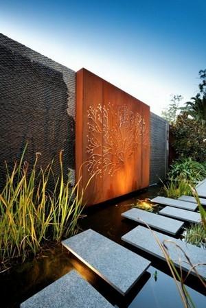Les panneaux décoratifs en acier corten sont idéaux dans les jardins modernes. Pour en savoir plus sur ce style de jardin et sa déco, lisez l'article sur le blog.
