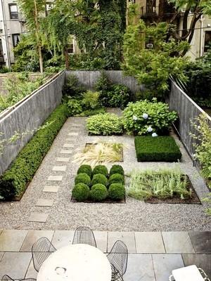Petit jardin urbain au style contemporain minimaliste. Pour en savoir plus sur ce style de jardin idéal pour les petits espaces, lisez l'article!